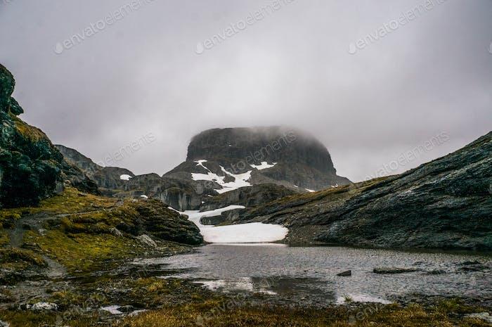 Menschen Wandern in verschneiten Bergen, Szenische Landschaft, Russland, Kaukasus
