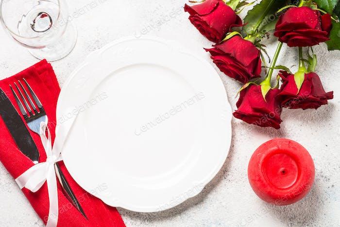 Romantischer Urlaub Tischdekoration mit Teller, Rosen und Geschenk