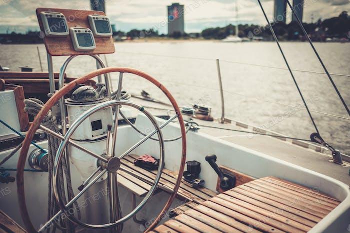 Lenkrad auf einer Yacht