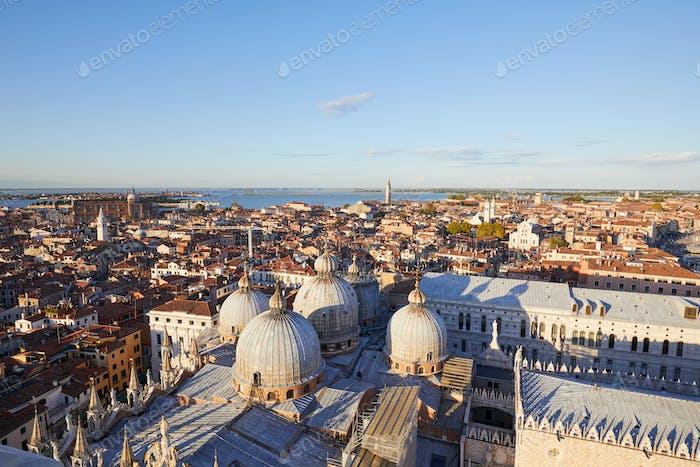 Luftaufnahme der Dächer von Venedig, Domes der Basilika St. Markus