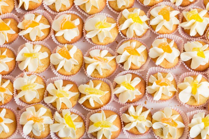 Cupcakes mit süßer Sahne.