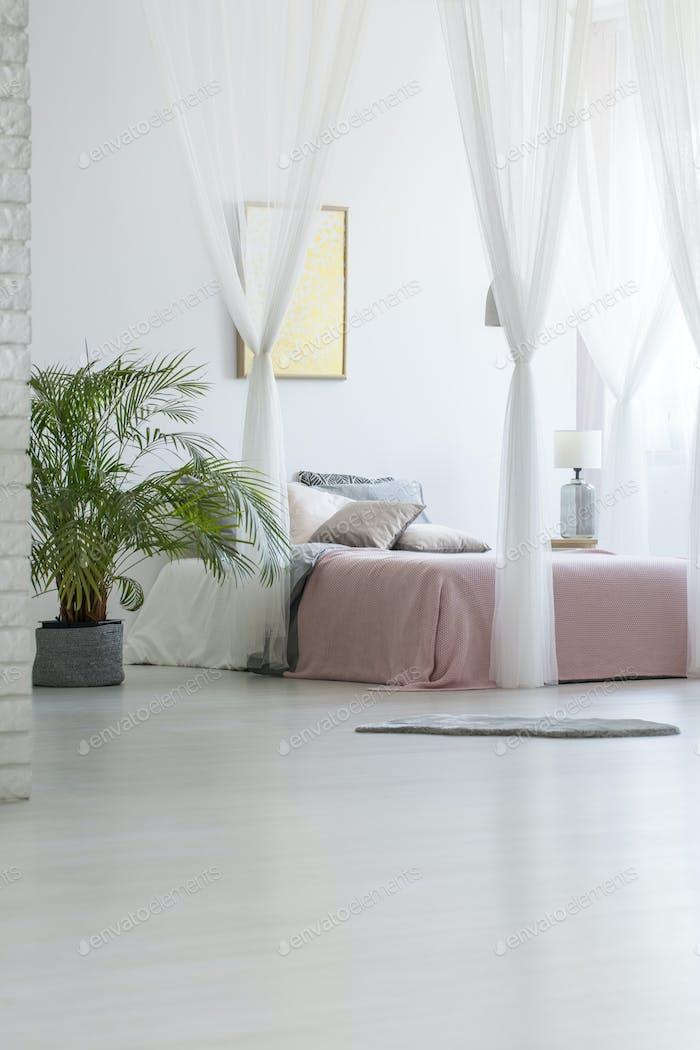 Grau Teppich auf dem Boden platziert in weißen Schlafzimmer Interieur mit Gree