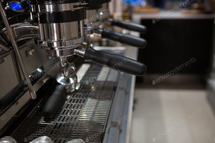 Leere Espressomaschine am Schalter