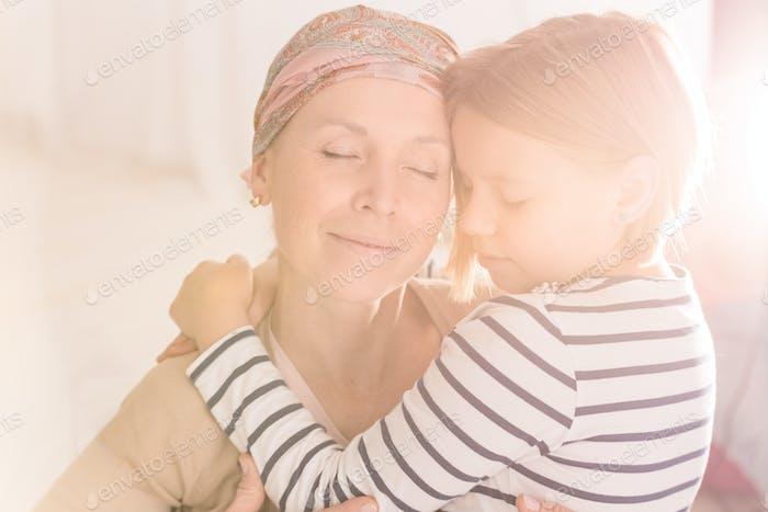 Mutter und Kind umarmen