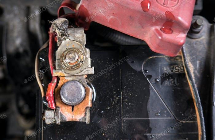 Saubere Autobatterieklemmen nach der Reinigung mit heißem Wasser. (Nach