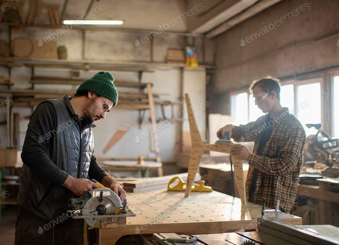 Die Zimmerleute arbeiten in Zimmerei Werkstatt Platz