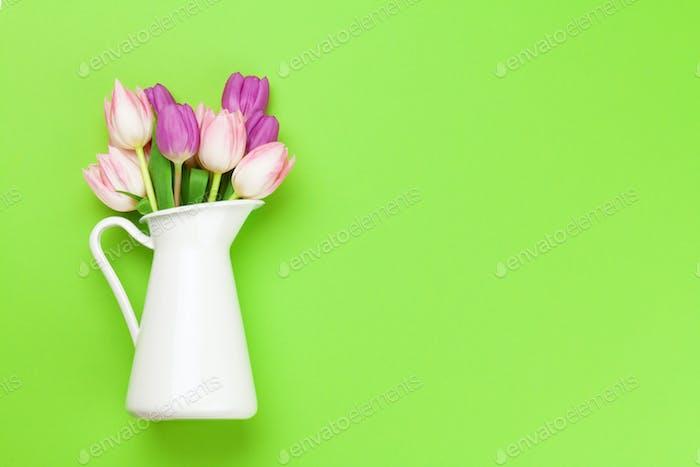 Rosa Tulpen auf grünem Hintergrund