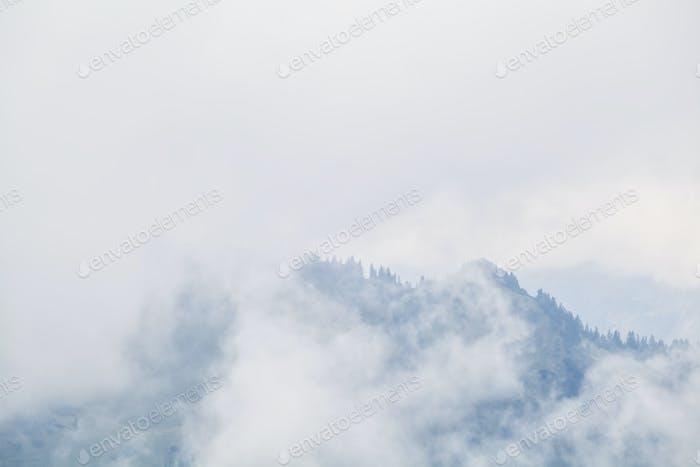 Berggipfel im dichten Nebel