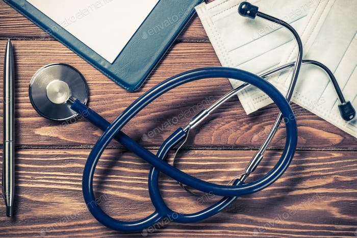Стол врача с лекарственными вещами