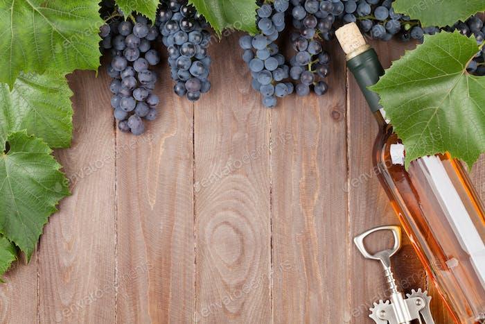 Rote Traube, Weinflasche und Korkenzieher