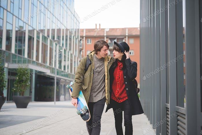 Paar junge schöne kaukasische Frau und Mann mit Schnurrbart