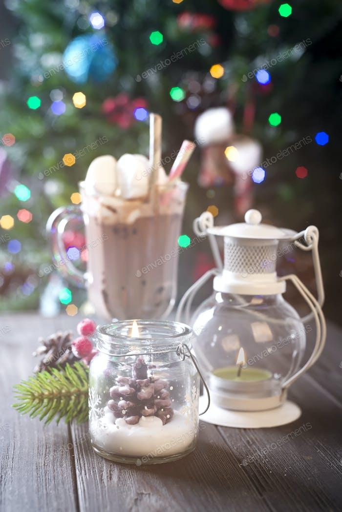 Weihnachtskerzen und Ornamente über Hintergrund mit Lichtern