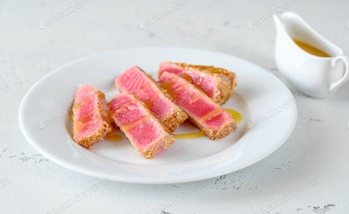 Tuna steak with sesame seeds