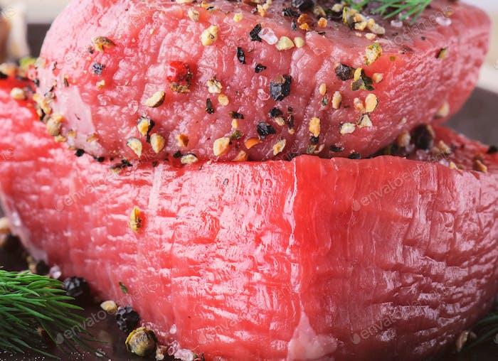 Rohes Rindfleischsteak mit frischen Gewürzen