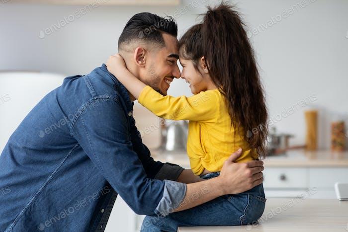 Alles Gute zum Vatertag. Nettes kleines arabisches Mädchen, das ihren glücklichen Vater umarmt