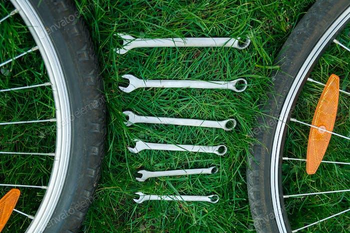 Werkzeuge, Instrument für die Reparatur Fahrrad auf dem hölzernen Hintergrund Outdoor-Rad. Fahrradreparatur