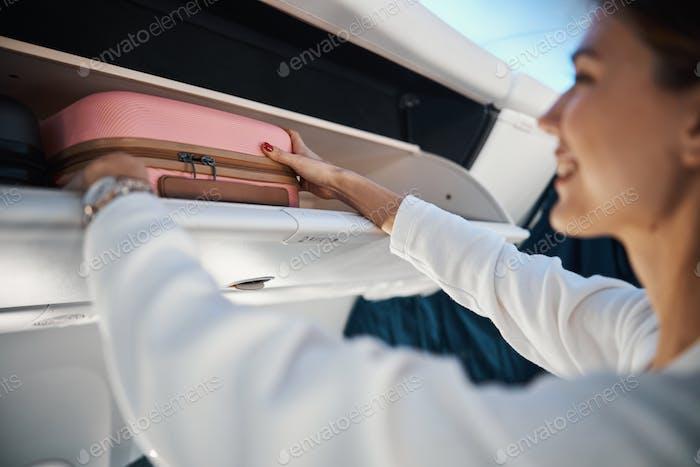 Cómodo compartimento superior para el equipaje de mano