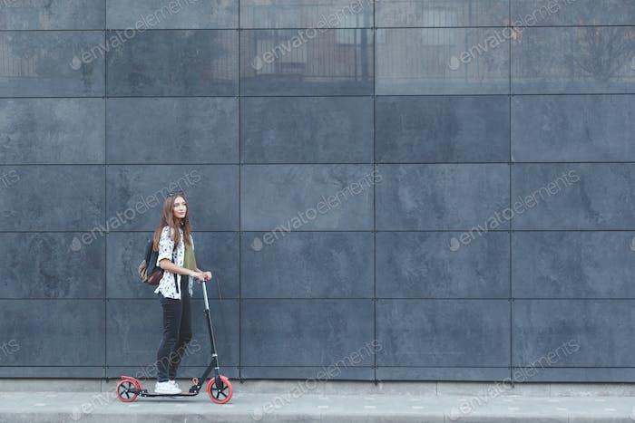 Freudige Frau Reiten ein Kick Roller