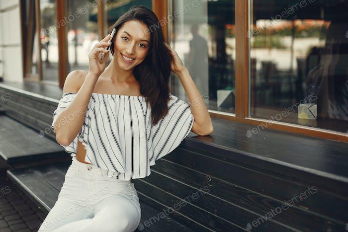 Модная деловая женщина в летнем городе