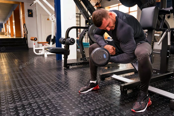 Männliche Athlet tun Bizeps Übung mit Hanteln