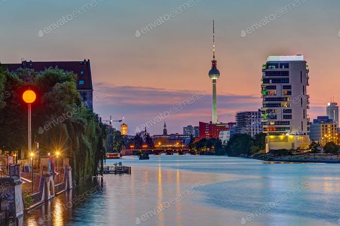 El río Spree en Berlín después de la puesta del sol