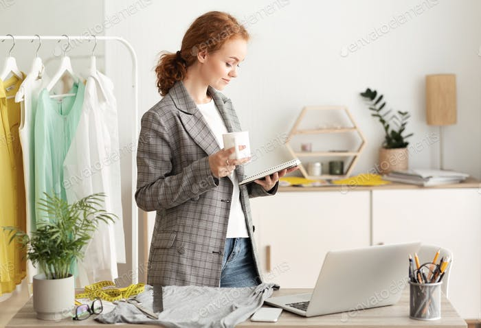 Weibliche Mode-Stylist stehen am Schreibtisch trinken Kaffee