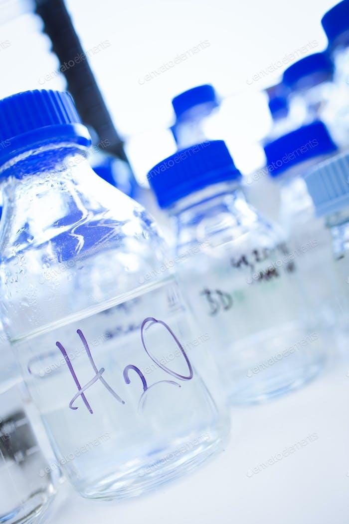 Glaswaren in einem Chemielabor (flache DOF; Fokus auf die Becher