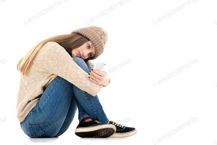 Adolescente a la espera de llamada con el teléfono inteligente en sus manos