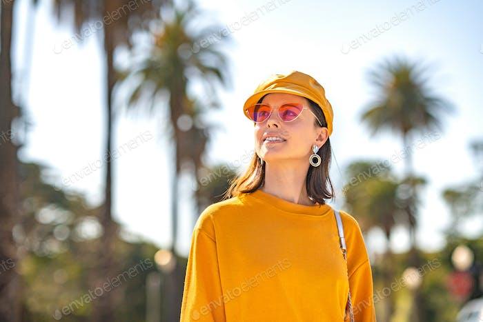 Lächelnde Frau in einem gelben Sweatshirt