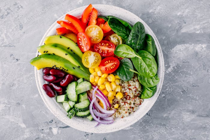 Gesunde vegane Lunch Buddha Schüssel Avocado, Quinoa, Tomate, rote Bohnen, Spinatsalat.
