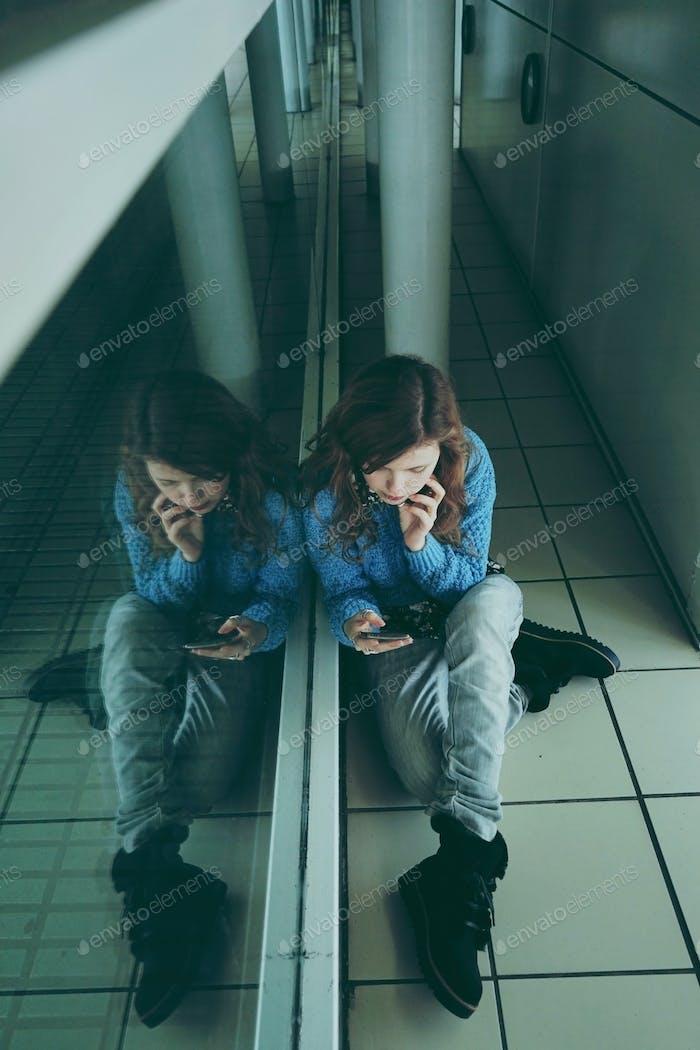 Молодая женщина одна и устала в автобусной станции