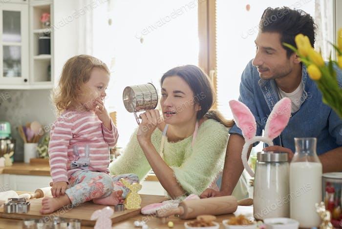 Die ganze Familie in der Küche