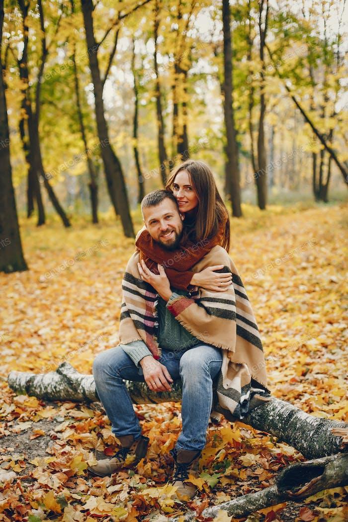 Schönes Paar verbringen Zeit in einem Herbstpark