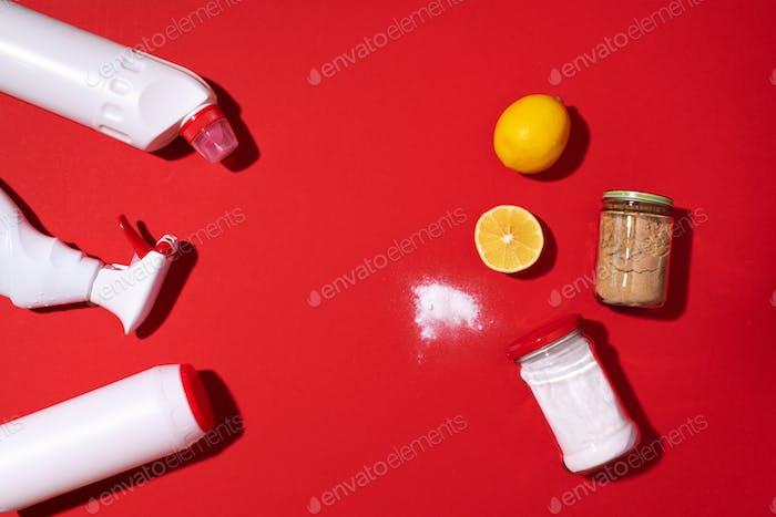 Backpulver, Zitrone und Senfpulver gegen Haushaltschemikalien Produkte auf rotem Hintergrund. Oben