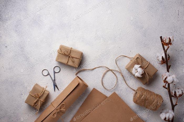 Prozess der Verpackung von Geschenkboxen in Bastelpapier.