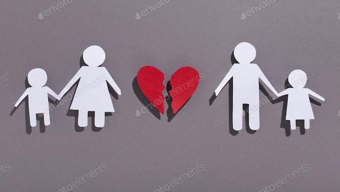 Papierkette Familie ausgeschnitten mit gebrochenem Herzen auf grau