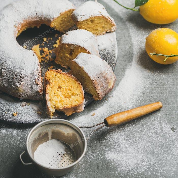 Hausgemachte glutenfreie Zitrone Bundt Kuchen mit Zuckerpulver, quadratische Ernte