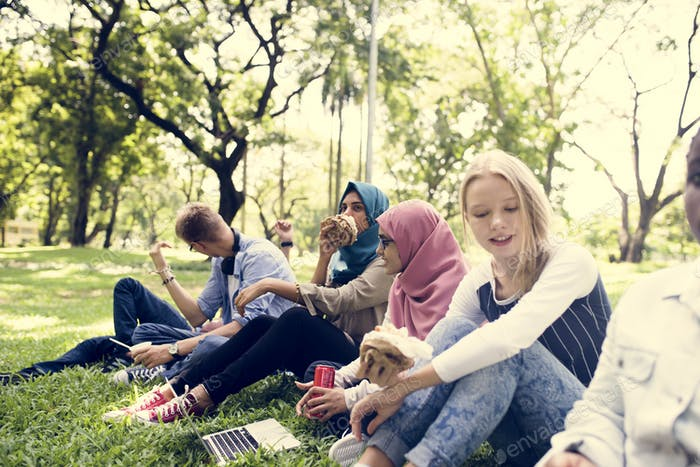 Eine Gruppe von verschiedenen Teenagern