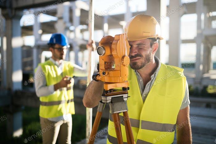 Bild des Bauingenieurs, der auf der Baustelle arbeitet