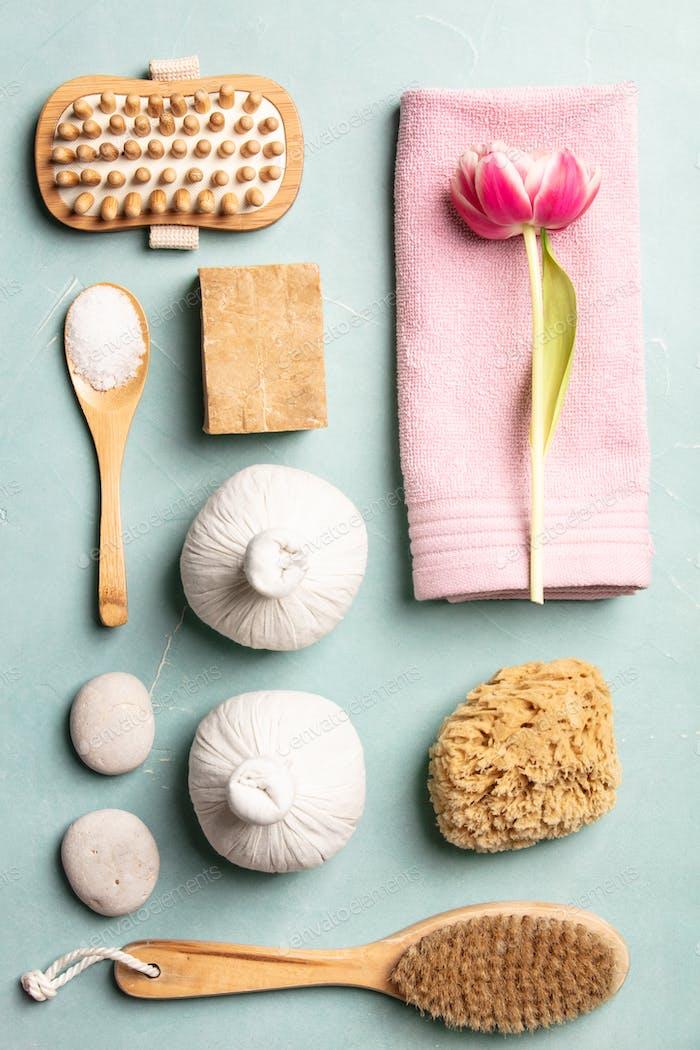 Flaches Spa-Behandlungsset mit rosa Blüten