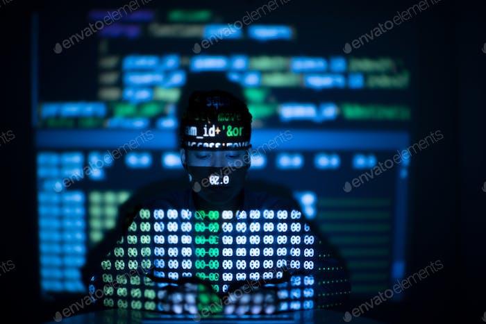 Hacker anónimo en una interfaz de computadora brillante