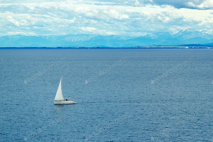Segelboot auf See