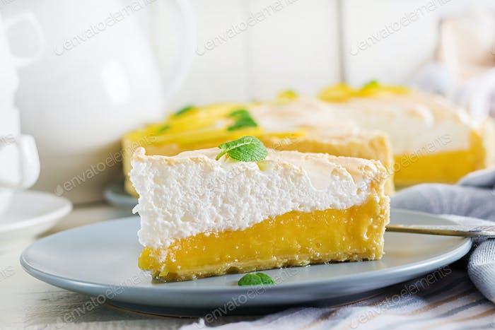 Torte mit Zitronenquark und Baiser. Zitronenkuchen. Amerikanische Küche. Nachtisch.