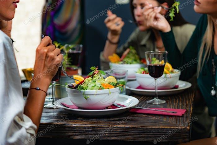 Vegetarisches Restaurant. junge frau in einem vegetarischen restaurant