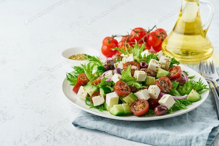 Griechischer Salat mit Feta und Tomaten, Diäten Essen auf weißem Hintergrund Kopie Raum Nahaufnahme