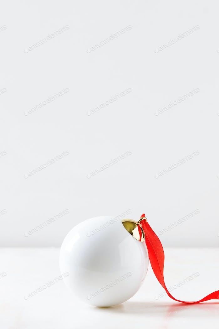 Weißer Weihnachtskugel