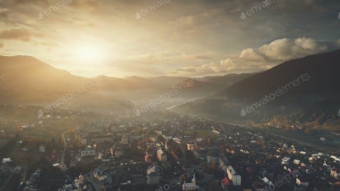 Горный рассвет загородного коттеджного городка с высоты