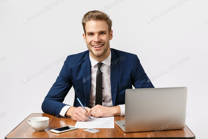 Бизнес, офисная и Корпоративный концепция. Красивый, веселый блондин бородатый парень в классическом костюме