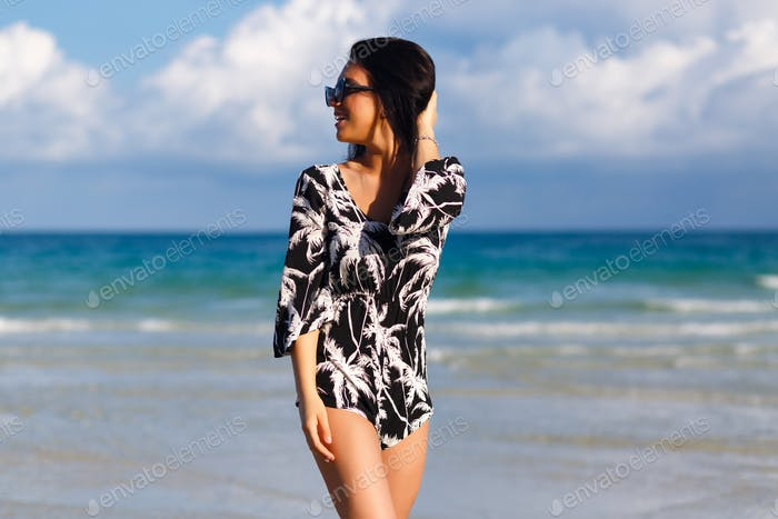 Summer lifestyle sunny portrait of brunette stylish woman