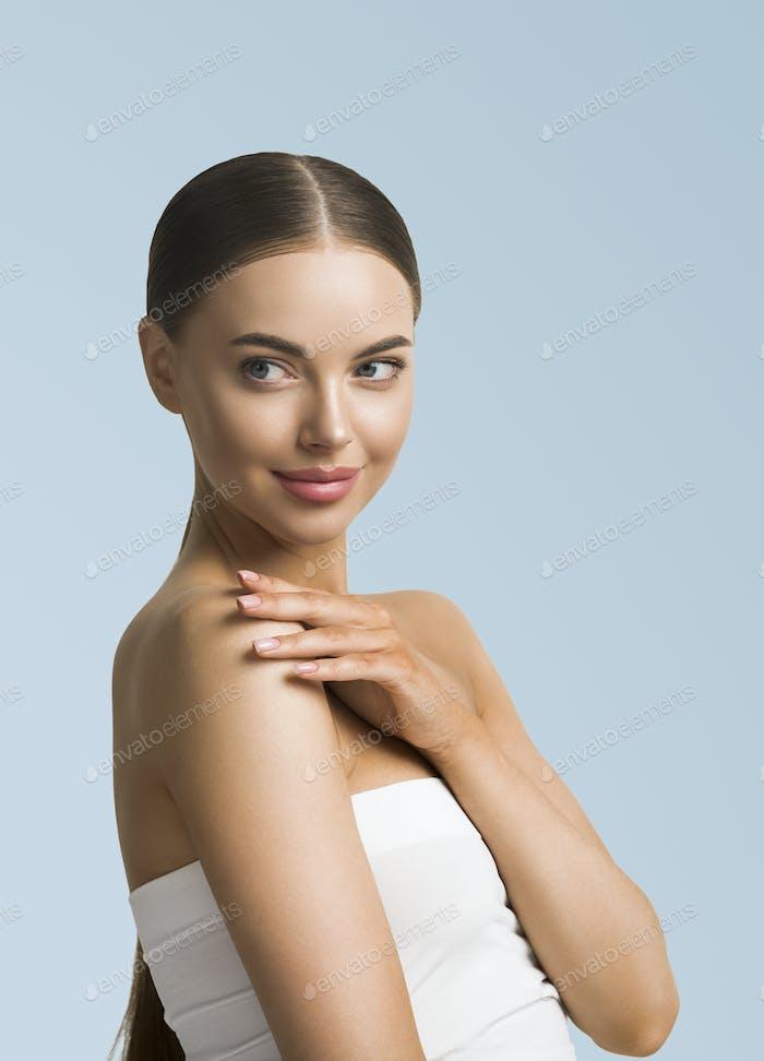 Beauty-Modell gesunde Haut schönen Körper Hände Maniküre Nägel natürliche Make-up Frau kosmetische Konzept